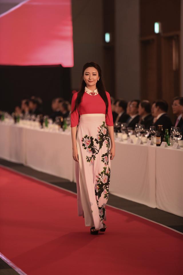 Người mẫu Hàn Quốc tham gia biểu diễn tại chương trình.