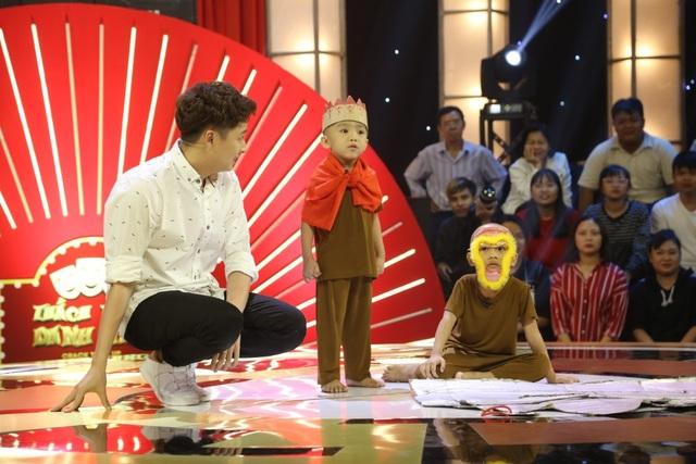 Ngay sau vòng thi đầu tiên, Ngô Kiến Huy đã nhanh chóng xuống sân khấu để hỗ trợ các bé biết mình đang thi và hỗ trợ các bé biết để chuẩn bị cho các vòng thi tiếp theo.