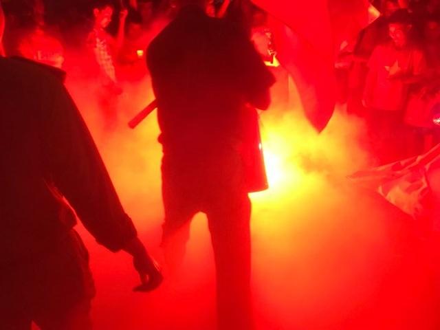 Lực lượng chức năng dùng bình xịt cứu hỏa để dập pháo sáng.