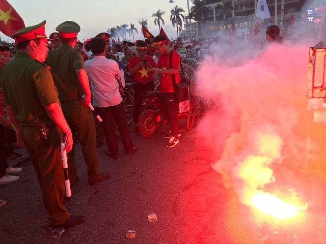 Nhiều cổ động viên quá khích đốt pháo sáng ngay khu vực cổng trước SVĐ Mỹ Đình trước trận đấu tối nay của đội tuyển Việt Nam.