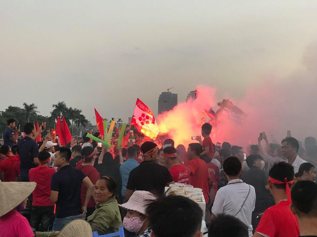 Hà Nội: Công an xử lý nhiều trường hợp đốt pháo sáng tại SVĐ Mỹ Đình - 2
