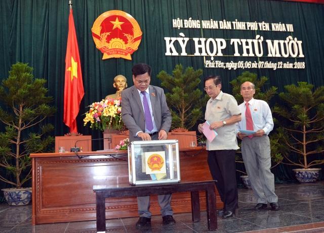 Các đại biểu HĐND tỉnh Phú Yên bỏ phiếu tín nhiệm đối với 27 người giữ chức vụ được HĐND bầu
