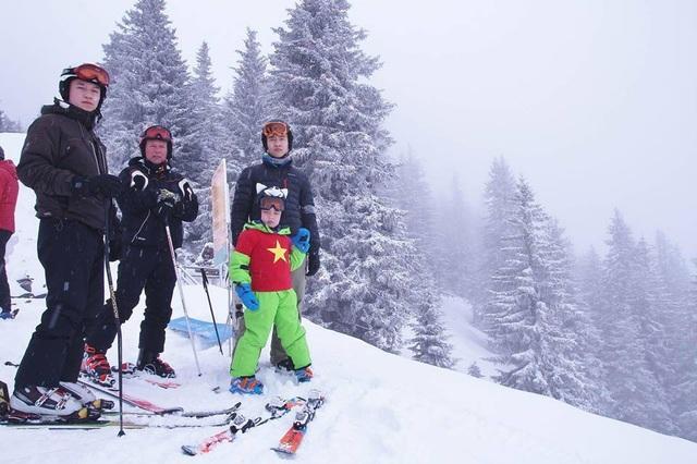 10 năm bên nhau, anh đã cùng chị và các con chinh phục rất nhiều ngọn núi cao với môn thể thao trượt tuyết.