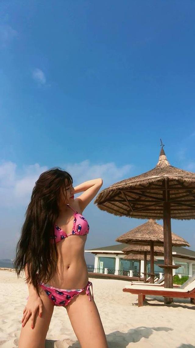Yến Xuân thường xuyên khoe dáng trong những bộ bikini màu sắc.