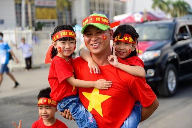 Anh Nam (Hà Nội) cho biết tôi đưa cả gia đình cùng tham gia diễu hành cổ vũ cho đội tuyển Việt Nam. Tôi dự đoán Việt Nam sẽ giành chiến thắng 2-0 trước đội Philippines. ảnh: Toàn Vũ