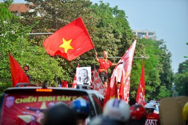 Đoàn diễu hành qua nhiều tuyến phố lớn như Trần Duy Hưng, Kim Mã, Nguyễn Chí Thanh, Nguyễn Thái Học, Nguyễn Chánh, Hai Bà Trưng... ảnh: Toàn Vũ
