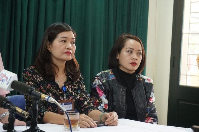 Mẹ bé P. (bên phải) cho biết, theo tìm hiểu của gia đình, con chị bị cô giáo bắt bạn tát trong lớp.