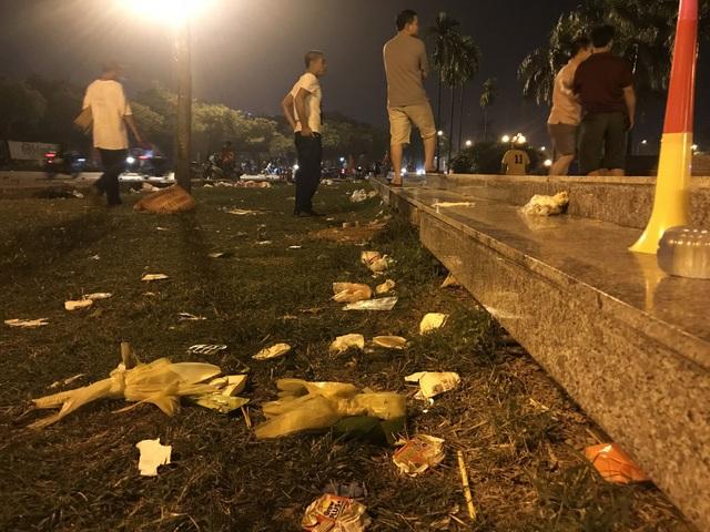 Hà Nội: Rác tràn ngập trước cổng SVĐ Mỹ Đình sau màn ăn mừng của các CĐV Việt Nam - 9