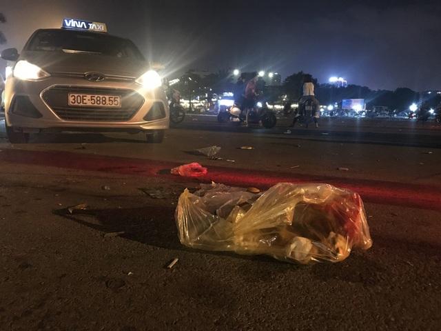 Hà Nội: Rác tràn ngập trước cổng SVĐ Mỹ Đình sau màn ăn mừng của các CĐV Việt Nam - 11