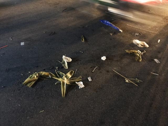 Cảnh ngổn ngang tràn ngập rác thải gây mất mỹ quan, ô nhiễm ngay phía trước cổng SVĐ Mỹ Đình tối nay 6/12.