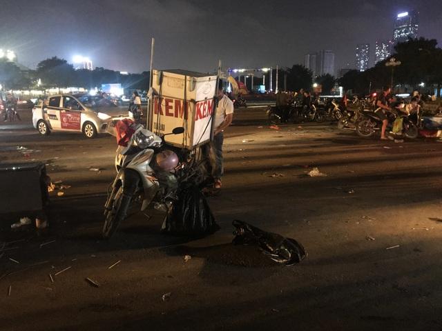 Hà Nội: Rác tràn ngập trước cổng SVĐ Mỹ Đình sau màn ăn mừng của các CĐV Việt Nam - 12