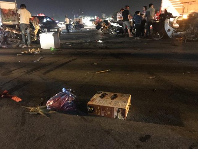 Hà Nội: Rác tràn ngập trước cổng SVĐ Mỹ Đình sau màn ăn mừng của các CĐV Việt Nam - 13