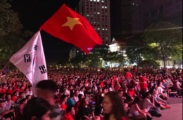 """Phố đi bộ Nguyễn Huệ """"nêm chặt"""" người, hàng ngàn CĐV chung niềm tin Việt Nam chiến thắng! - 1"""