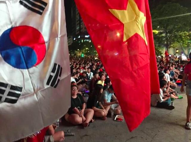 """Phố đi bộ Nguyễn Huệ """"nêm chặt"""" người, hàng ngàn CĐV chung niềm tin Việt Nam chiến thắng! - 2"""