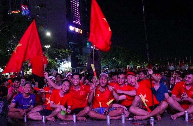 """Phố đi bộ Nguyễn Huệ """"nêm chặt"""" người, hàng ngàn CĐV chung niềm tin Việt Nam chiến thắng! - 3"""