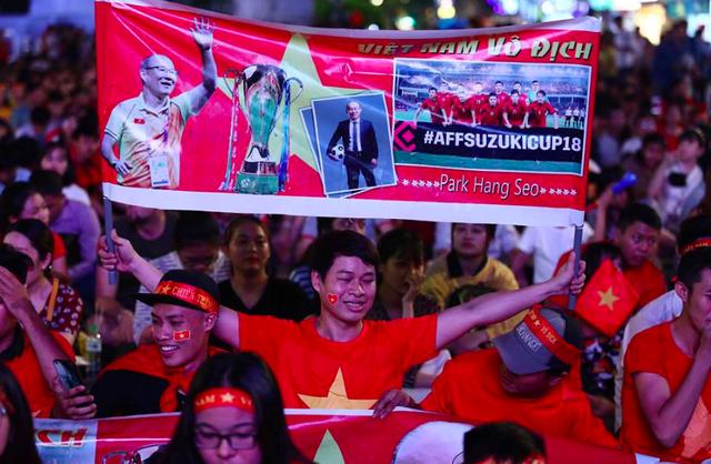 """Phố đi bộ Nguyễn Huệ """"nêm chặt"""" người, hàng ngàn CĐV chung niềm tin Việt Nam chiến thắng! - 5"""
