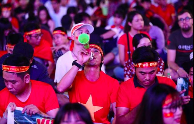 Phố đi bộ Nguyễn Huệ nêm chặt người, hàng ngàn CĐV chung niềm tin Việt Nam chiến thắng!