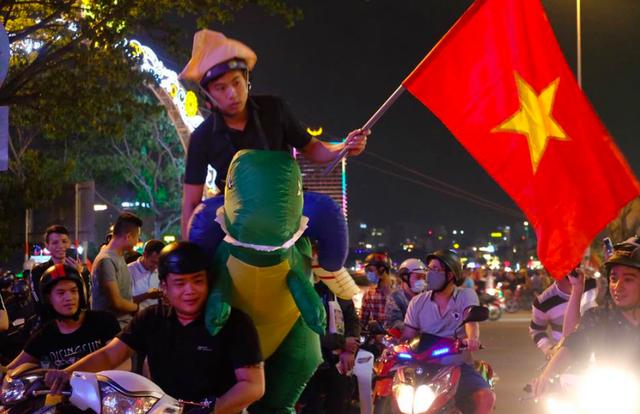 Hàng triệu người đổ ra đường mừng tuyển Việt Nam vào chung kết - 45
