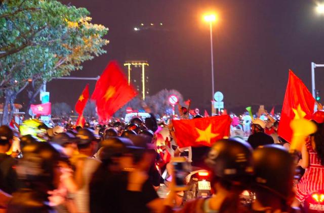 Hàng triệu người đổ ra đường mừng tuyển Việt Nam vào chung kết - 46