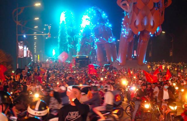 Hàng triệu người đổ ra đường mừng tuyển Việt Nam vào chung kết - 47