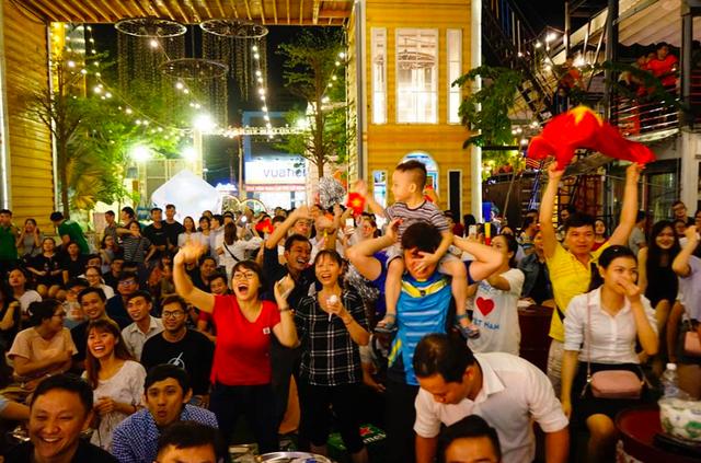 Hàng triệu người đổ ra đường mừng tuyển Việt Nam vào chung kết - 30