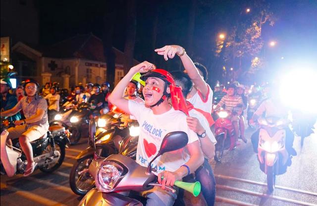 Hàng triệu người đổ ra đường mừng tuyển Việt Nam vào chung kết - 32