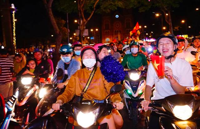 Đội tuyển Việt Nam vào chung kết, hàng triệu người đổ ra đường ăn mừng!
