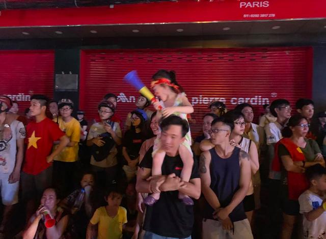 Hàng triệu người đổ ra đường mừng tuyển Việt Nam vào chung kết - 19