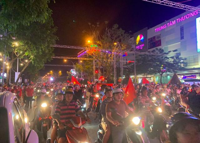 Hàng triệu người đổ ra đường mừng tuyển Việt Nam vào chung kết - 20