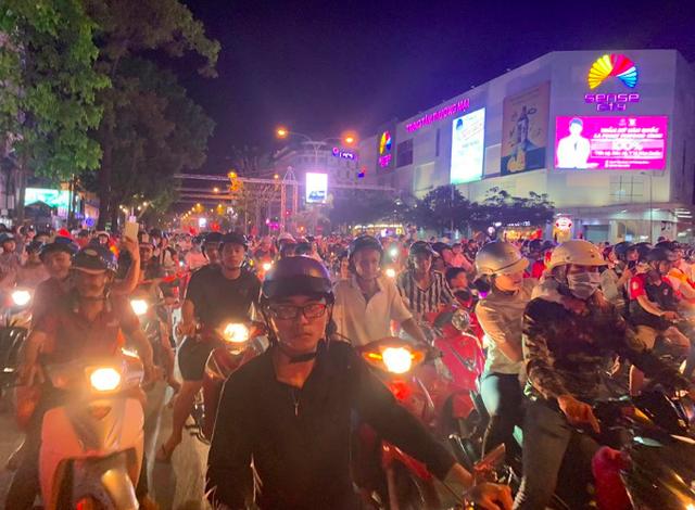 Hàng triệu người đổ ra đường mừng tuyển Việt Nam vào chung kết - 15