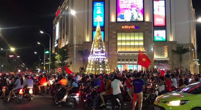Hàng triệu người đổ ra đường mừng tuyển Việt Nam vào chung kết - 17