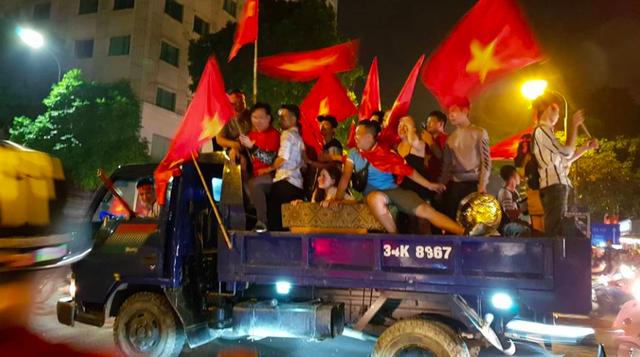 Hàng triệu người đổ ra đường mừng tuyển Việt Nam vào chung kết - 41