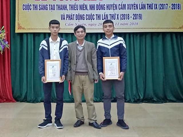 Thầy Tùng và các học trò nhận giải trong cuộc thi sáng tạo Khoa học Kỹ thuật mới đây.