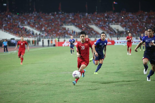 Phan Văn Đức đi bóng trước sự truy cản của các cầu thủ Philippines