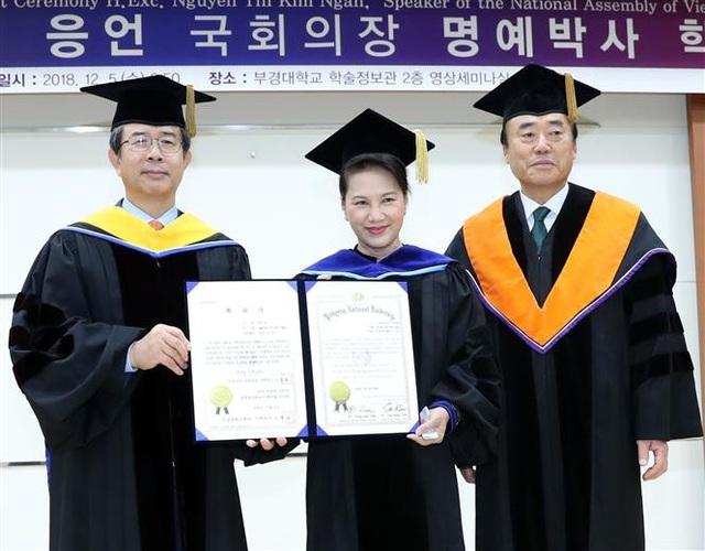 Chủ tịch Quốc hội Nguyễn Thị Kim Ngân nhận bằng Tiến sĩ danh dự ngành Chính trị học.