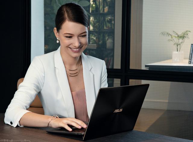 Với Asus Zenbook UX391UA, bạn không những được sở hữu một thiết kế sáng tạo của Asus khi tích hợp bản lề ErgoLift độc đáo trên máy mà còn được sử dụng bản quyền Windows 10 đi kèm, giúp tối đa hiệu suất cấu hình, vận hành ổn định và yên tâm lưu trữ cho mọi dữ liệu