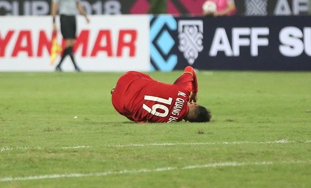 Không ít lần Quang Hải đau đớn nằm trên sân