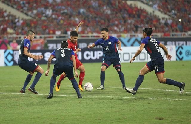 Quang Hải trong vòng vây các cầu thủ Philippines