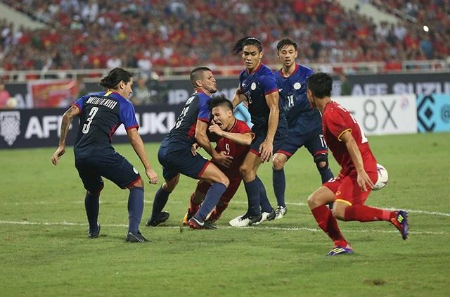 Quang Hải luôn bị cầu thủ Philippines theo sát và phạm lỗi trong cả trận đấu