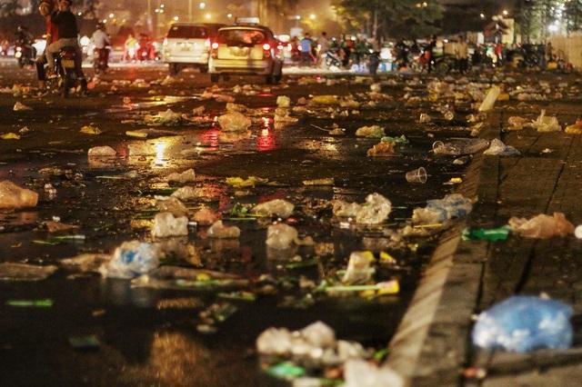 Một góc ngập ngụa rác thải đủ loại trước cổng sân vận động Mỹ Đình sau trận bán kết