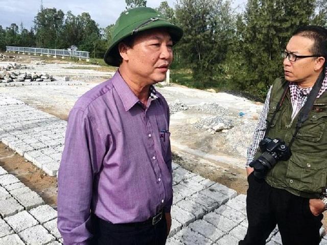 Ông Đỗ Xuân Diện (trái), Trưởng Ban quản lý Khu Kinh tế mở Chu Lai