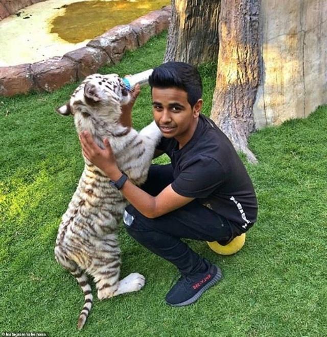 Thiếu gia Dubai bên một trong những con thú cưng