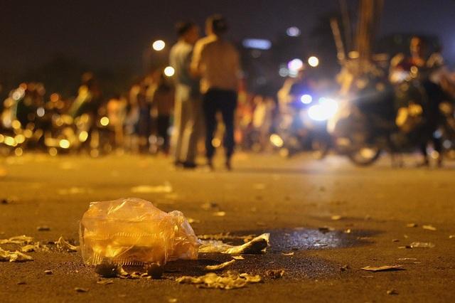 Đa số rác thải là các loại vỏ chai lọ, hộp nhựa đựng đồ ăn nhanh và hàng nghìn chiếc túi nilong nằm la liệt trên mặt sân.