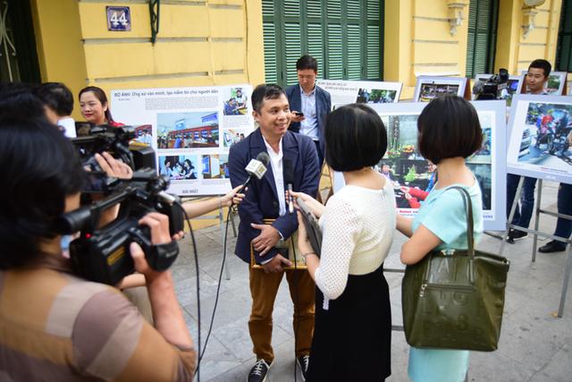 Tác giả giành giải Nhất ảnh đơn Lê Ngọc Bích trả lời phỏng vấn của cơ quan báo chí tại không gian triển lãm.