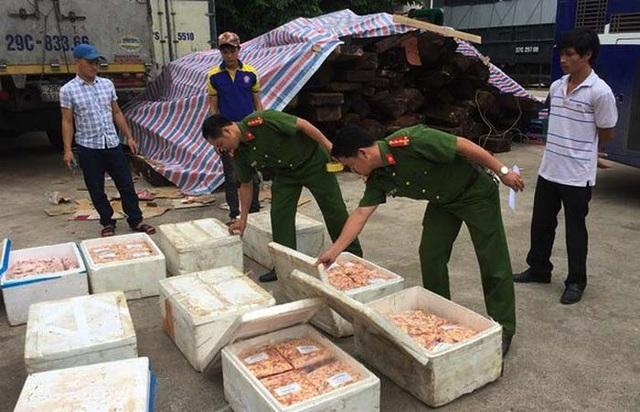 Cảnh sát môi trường Công an tỉnh Nghệ An bắt giữ một vụ vận chuyển thực phẩm bẩn.