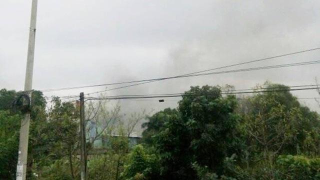 Người dân sinh sống gần nhà máy nghe thấy nhiều tiếng nổ cùng khói đên bốc lên (ảnh N.Đ)