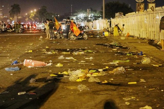 """Cơn bão cổ động đi qua để lại """"bãi rác"""" ngập ngụa, bốc mùi, không chỉ gây mất cảnh quan đô thị, ô nhiễm môi trường mà còn để lại cái nhìn không tốt về hành vi thiếu ý thức của một bộ phận người hâm mộ."""