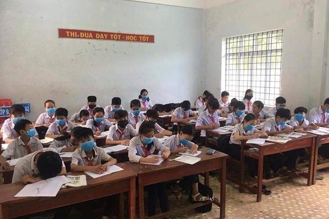 Nước thải của các nhà máy tại Cụm công nghiệp Cát Trinh thải ra môi trường gây ô nhiễm khiến học sinh phải đeo khẩu trang ngồi học bài.