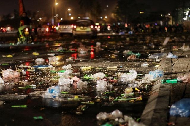 Tất cả cổ động viên đã về gần hết chỉ còn lại những đống rác vẫn ngổn ngang giữa đường.
