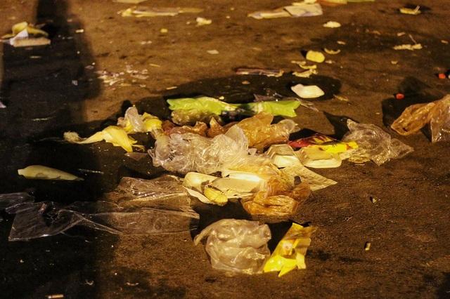 Công nhân vệ sinh môi trường sẽ phải làm việc cả đêm để dọn dẹp bãi rác khổng lồ, đảm bảo sáng mai đường phố vẫn sạch đẹp.